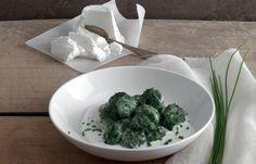 aprende cómo hacer albóndigas de espinacas con crema de requesón y crema de cebollino en este post http://exquisitaitalia.com/albondigas-de-espinacas-con-crema-de-requeson-y-crema-de-cebollino/ #recetas #recetasitalianas