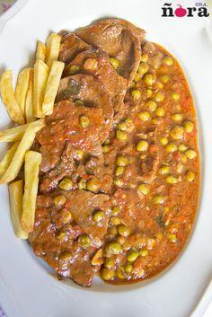 Filetes de ternera en salsa de pimientos asados | afreirpimientos My Recipes, Recipies, Cooking Recipes, Goulash, Spanish Food, Stew, Lamb, Sausage, Curry