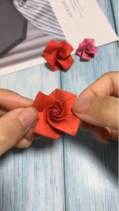Here's another incredible paper origami tutorial! Here's another incredible paper origami tutorial! Cool Paper Crafts, Paper Flowers Craft, Paper Crafts Origami, Flower Crafts, Diy Paper, Flowers With Paper, Paper Origami Flowers, Paper Bows, Rose Crafts