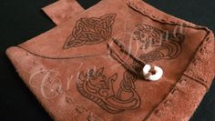 Bolsa para cinto com uma alça para cinto, feita e costurada com couro natural, pirografada com knotworks exclusivos e com adição de botão em madre-pérola.