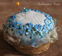 Идеи для вдохновения. Красота в миниатюре. Вышиваем лентами на игольных подушках. Источник ВК