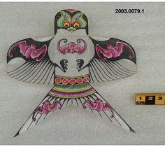 Cerf-volant de la Chine, avec figures supernaturelles sur les ailes et la queue. Fait de bois et soie. #DeLaCollection du @MuseeAvEspace