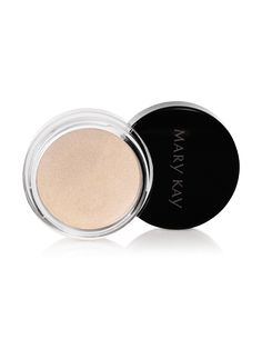 Natural makeup looks are always trendy, especially in the summer! Mary Kay® Creme Eye Color in Beach Blonde gives eyelids a soft, natural shimmer perfect for a low-key glam look. | Mary Kay