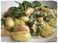 Zemiakové gnocchi so špenátom a kuracím mäsom Gnocchi, Potato Salad, Grilling, Food And Drink, Potatoes, Ethnic Recipes, Decor, Decoration, Crickets