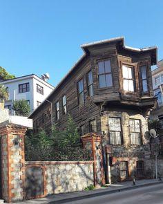 Beylerbeyi'nde yılın ilk günü idi... . #beylerbeyi #beylerbeyinde #eskiosmanlievleri #eskiistanbuldankalanlar #eskievler #eskievlerimiz… Istanbul, Art And Architecture, Wonders Of The World, Ottoman, Asia, Traditional, Mansions, House Styles, Places