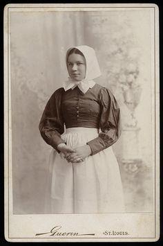 :::::::: Antique Photograph :::::::: Young Quaker woman. ca. 1890. Guerin, St. Louis.