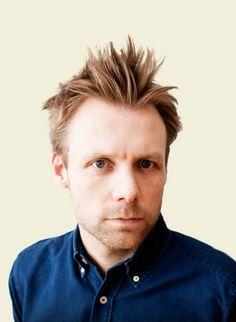 """Mikael Wulff (f. 1972) er dansk komiker og forfatter. Han startede sin karriere som stand-up komiker, og blev for alvor kendt for tv-serien om den fascistiske flodhest """"Dolph"""". Mikael Wulff er medejer af comedysitet Helt Normalt.dk, og sammen med Anders Morgenthaler står han bag bl.a. striben Wulffmorgenthaler i Politiken. Makkerparret har tillige udgivet flere humoristiske bøger sammen, herunder Kama Sutra, Studiehåndbogen og flere stribesamlinger – ikke mindst den årlige bordkalender."""