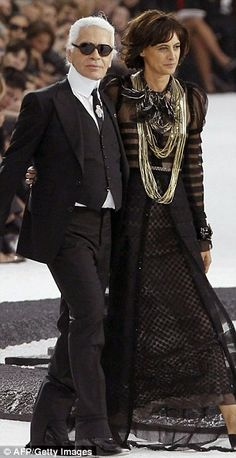 German designer Karl Lagerfeld (L) acknowledges the public with French former model Ines de la Fressange Karl Lagerfeld, Chanel Fashion, Paris Fashion, Karl Otto, Style Icons Inspiration, Chanel Style Jacket, Fendi, Fashion Couple, Classic Outfits