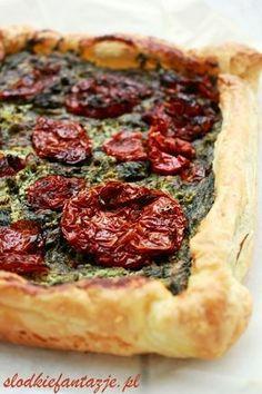 Pyszne połączenie chrupiącego ciasta francuskiego, gorgonzoli i szpinaku. A całość świetnie uzupełniają aromatyczne suszone pomidory, czyli prosto i pysznie na obiad lub kolację.