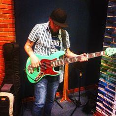 En @TigoMusicCo con @diegobass.meek haciendo lo que mas nos gusta! @bajosxclusivos #DiosFiel #music #groove #bass #aguilar #lakland #bajo #musica #rock #electrorock #electroarmonics #Señales #live #session #MeekOficial #power ##AudioVision pura #gracia #cristiano #gospel #happy #day #grabación #new #single
