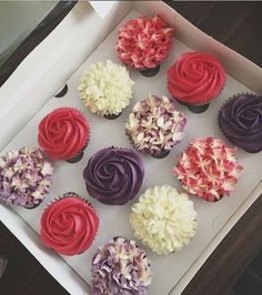 These cupcakes are beautiful Fancy Cupcakes, Floral Cupcakes, Yummy Cupcakes, Cupcake Cake Designs, Cupcake Cakes, Cake Decorating Tips, Cookie Decorating, Decorator Frosting, Specialty Cakes