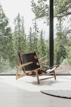 Designed in 1950, The Hunting Chair was Mogensen's first work with exposed wooden framing and saddle leather. #fredericiafurniture #thehuntingchair #børgemogensen #borgemogensen #modernoriginals #craftedtolast Wood Oil, Outdoor Chairs, Outdoor Decor, Saddle Leather, Wood Surface, Leather Furniture, Mid Century Design, Vegetable Tanned Leather, Furniture Projects