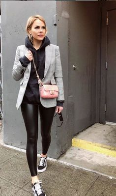 37 Fancy Work Outfits Ideas With Black Leggings To Copy Right Now Now here we are staring at a brave call. Black leggings are not the usual run-of-the-mill-story for your next-door neighbor. Leggings Outfit Winter, Legging Outfits, Black Hoodie Outfit, Leather Leggings Outfit, Athleisure Outfits, Sporty Outfits, Mode Outfits, Outfit Ideas With Leggings, Disco Pants Outfit