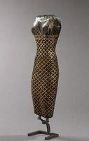 """L'or n'est pas rare dans le désert, à l'est du Nil, en Egypte et en Nubie. On y trouve aussi l'électrum, un alliage naturel d'or et d'argent. Les """"bronzes noirs"""" sont des alliages spéciaux (cuivre, argent, or) dont la patine met en valeur les incrustations de métaux de couleurs contrastées.  Corps d'une déesse Moyen ou Nouvel Empire ?, 2033 - 1069 avant J.-C. bronze à patine noire, fonte pleine egypt H. : 12 cm. Site officiel du musée du Louvre"""
