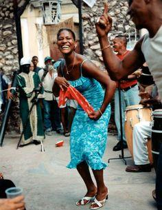 Es una fiesta en Havana.Cuba. Tienen baile y música