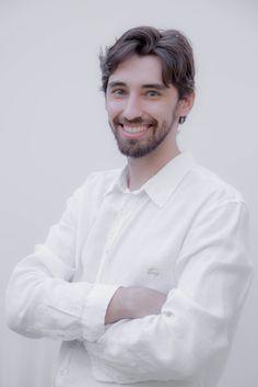 Designer Arthur Cantarelli, Brasileiro natural de Maringá- Pr.  Em 2005 iniciou o curso de Design de Produtos na Universidade Estadual de Maringá (UEM).Trabalhou com design gráfico na elaboração de revistas, logotipos e identidade visual para empresas em