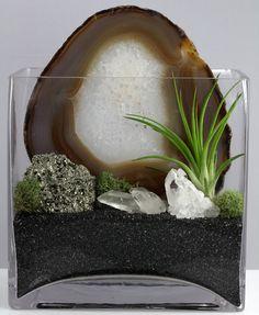 Агат, пирит, хрусталь. Декоративній черный песок.  Сухой мох, тилландсия. Сзади (за срезои агата) установлена свеча, которая будет подсвечивать центр среза