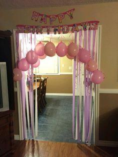 Pon emoción extra a una fiesta sorpresa decorando la puerta o la entrada con globos, cintas o tiras de papel. Sin duda será un detalle espe...