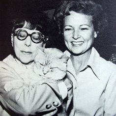Morris, 9 Lives mascot with Edith Head and Betty White.