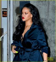 Rihanna Enjoys a Dinner Date with Boyfriend Hassan Jameel: Photo Rihanna steps out in a black outfit and neon nails for a dinner date on Friday night (April in New York City. The singer was joined by boyfriend… Looks Rihanna, Rihanna Love, Rihanna Fenty, Makeup Tips For Redheads, Kim Kardashian And Kanye, New Boyfriend, Old Singers, Bad Gal, Date Dinner