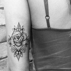 parte trasera del brazo rosas tattoo