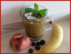 Happy Healthy groene smoothie met banaan, bessen, wilde perziken and more...