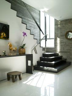 escalones negros y suelo de losas blancas en la casa moderna