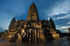 Fotografía de Robert Clark icono de la civilización jemer, Angkor Wat perdura en Camboya como un venerado centro religioso.
