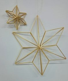 Estrella Commercial Christmas Decorations, Corn Dolly, 3d Art Projects, Straw Art, Origami, Stained Glass Suncatchers, Stars Craft, Beaded Ornaments, Geometric Art