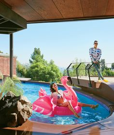 Posing in the pool wearing a Jeremy Scott design, Alessandra Ambrosio models at the designer's Hollywood Hills home. Jeremy Scott, Los Angeles Homes, Downtown Los Angeles, Flamingo Pool, Yacht Builders, Hollywood Homes, Modern Architects, Vogue Us, Celebrity Houses
