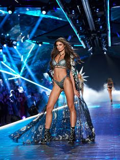 undefined Victoria Secret Angels, Victoria Secret Fashion Show, Vs Fashion Shows, Fashion Models, Everyday Beauty Routine, Shows In Nyc, Victoria's Secret, Vogue Beauty, Taylor Marie Hill