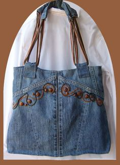 Recycled denim purse with embroidery Jean Crafts, Denim Crafts, Diy Jeans, Jean Purses, Purses And Bags, Jeans Recycling, Mochila Jeans, Jean Diy, Bow Shirts