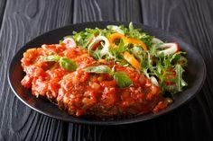 Szaftos, puha borjú paradicsomszószban – A pizzaiola a dél-olaszok gyors és laktató egytálétele - Receptek | Sóbors Okra, Risotto, Meat, Chicken, Slowcooker, Ethnic Recipes, Brie, Food, Cooking