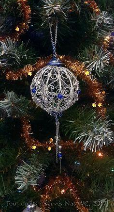 Décoration d'intérieur : Boule de Noël « L'incroyable » - Réalisation [ Fait-Main ] avec du fil d'aluminium (Ø1), des fils métalliques (Ø0,3), des perles métalliques et des perles de verre. / Ref. : Boule-de-Noel_2a_opt.