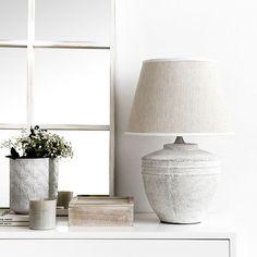 Anil lámpara de sobremesa / ¡Iluminación con mucho estilo!  Anil es una lámpara de sobremesa, con una base de cerámica con acabado blanco sucio y una pantalla en lino color natural, ideal para aportar un toque de estilo natural a tu decoración. ¡Seguro que te encanta!  *No incluye bombilla. My House, Table Lamp, Lighting, Bedroom, Bedside Tables, Small Things, San Jose, Textiles, Interiors