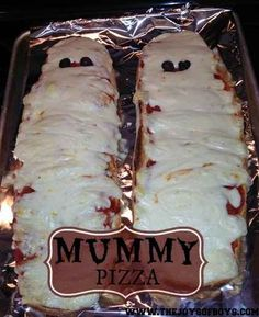 Mummy Pizza made from french bread. Easy Halloween dinner idea from The Joys of Boys. Delight the little ghosts and goblins in your house with this Mummy Pizza recipe. Perfect for Halloween parties. Halloween Dinner, Halloween Goodies, Halloween Food For Party, Halloween Treats, Halloween Pizza, Spooky Treats, Halloween Season, Halloween Night, Happy Halloween
