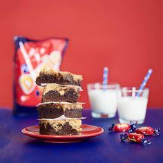 Suklainen brownie ja Dumle-makeisilla höystettykeksitaikina laittoivat hynttyyt yhteen. Kinuskinen Dumle-brookietaltuttaa suuremmankin makeanhimon!
