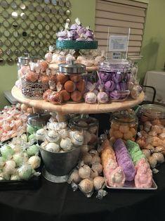 Diy Soap Display, Candle Display Ideas, Gift Shop Interiors, Farmers Market Display, Bath Boms, Craft Show Displays, Gift Shop Displays, Store Displays, Bath Melts