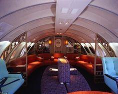 In de tijd voor riemen was het doodnormaal om zo te vliegen - en zo te zien waren de passagiers gerust en op hun gemak - View from the top: de oogverblindende cocktaillounges aan boord in de jaren 70