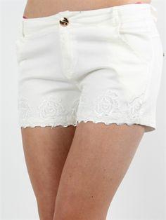 f2bc3bda0a4a Zanca Sonne - Hvide shorts med blonder af blomster ved bunden Hvide Shorts