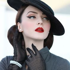 Retro glam looks of the past are back in a big way-and not just on runway supermodels. Pin Up Vintage, Vintage Glamour, Vintage Mode, Look Vintage, Vintage Girls, Retro Makeup, Vintage Makeup, Vintage Beauty, Retro Fashion