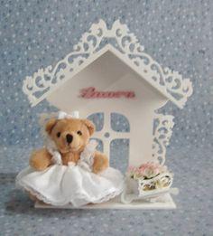Enfeite para porta de maternidade e decoração do quarto do bebê.  Casinha recortada a laser, ursinha ou boneca, miniaturas e flores. Produto artesanal sujeiro à variações. R$ 135,00