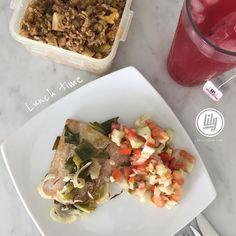 """Feliz domingo! les dejo mi almuerzo por acá para darle ideas saludables: Filet de dorado al horno con ajo comino y cebollín Ensalada de pepino tomate cebolla cilantro sal y aceite de oliva.  Arroz chino de pollo La receta la pueden ver en mi blog www.LilibethR.com solo deben colocar en el buscador cuando estén el blog """"arroz chino""""  o pegar este link en su buscador: http://ift.tt/1NMs5p7 Rosa de jamaica con jugo de naranja  Me encanta cuando el horno hace el trabajo fuerte. Que tengan feliz…"""