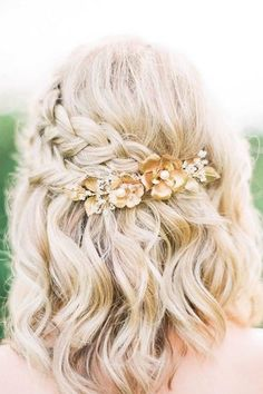 24 schöne mittellange Frisuren für 2019 Hochzeiten – Quinceanera hairstyles, You can collect images you discovered organize them, add your own ideas to your collections and share with other people. Diy Wedding Hair, Romantic Wedding Hair, Short Wedding Hair, Trendy Wedding, Bride Short Hair, Elegant Wedding, Wedding Hairstyles Half Up Half Down, Simple Wedding Hairstyles, Trendy Hairstyles