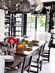 Windsor Smith's midnight blue kitchen dining area - love the shelving, hanging pots - foto Victoria Pearson - House Beautiful ~~