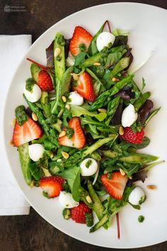 Spargel-Salat mit Erdbeeren & Basilikum-Pesto - Madame Cuisine Asparagus Salad with Strawberries and Salad Recipes Healthy Lunch, Salad Recipes For Dinner, Chicken Salad Recipes, Easy Healthy Recipes, Healthy Lunches, Salads For A Crowd, Easy Salads, Asparagus Salad, Asparagus Recipe