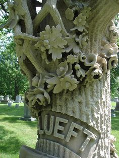 A tree grave marker