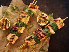 Lohi ja kurkku ovat hyvä pari grillattuinakin. Pujota ainekset kahteen vartaaseen, niin kääntely on helppoa.