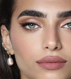 gold eyeliner smoky eyes, bold lipstick and nail art. Beautiful, natural make-up, make-up idea . Glam Makeup, Makeup Inspo, Makeup Inspiration, Makeup Ideas, Makeup Tips, Party Makeup, Sleek Makeup, Nude Makeup, Nude Lip