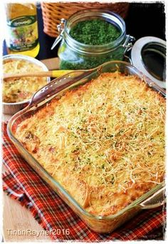 Super Cheesy Macaroni Schotel Panggang *I'm sick of it. My mom cook it since I was a baby Macaroni Recipes, Macaroni Cheese, Easy Pasta Recipes, Easy Meals, Recipe Pasta, Pasta Cheese, Cheesy Recipes, Macaroni Schotel Recipe, Cheese Potato Casserole